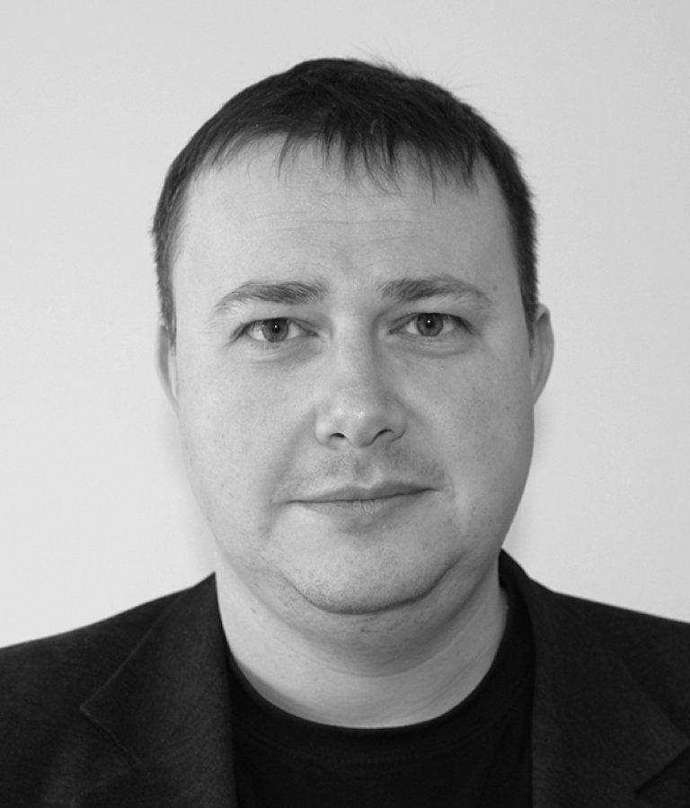 Sort-hvit foto av Øyvind Gjølme Selnæs, fung. seksjonssjef beredskapsanalyser i DSA