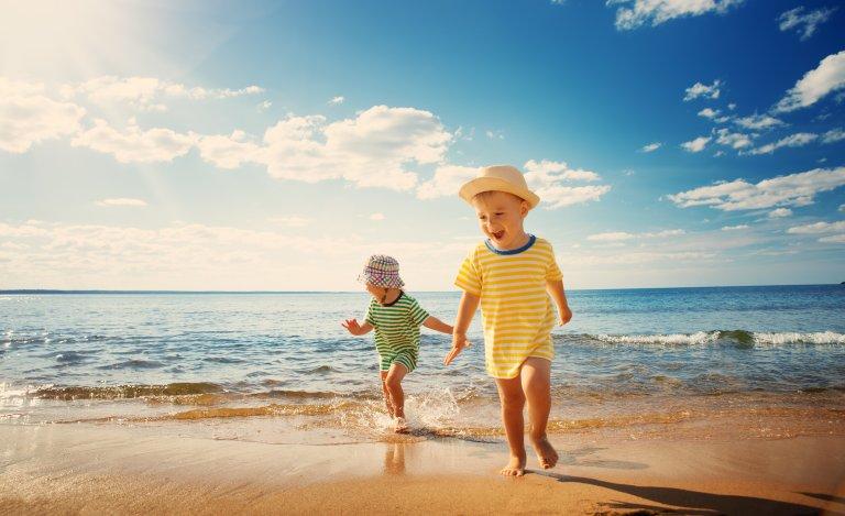Klede og solhatt er god beskyttelse i tillegg til solkrem.