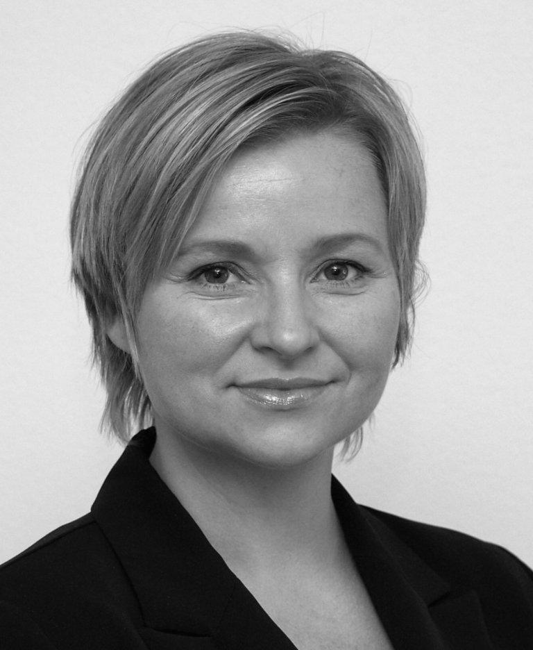 Sort-hvit foto av Astrid Liland, avdelingsdirektør avd. beredskap i DSA
